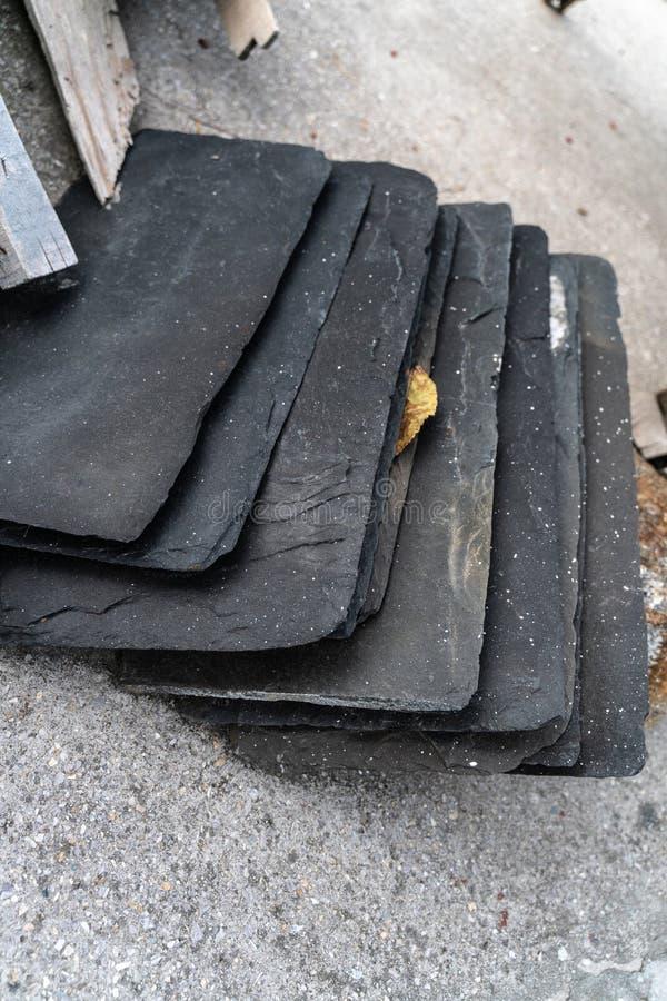 De steenstukken voor het behandelen van het huisdak stock fotografie