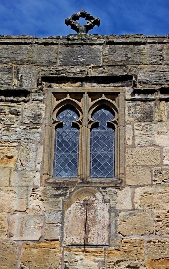 De steenvoorgevel van de parochiekerk en leaded vensters royalty-vrije stock afbeeldingen