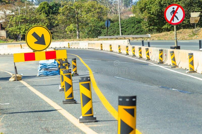 De Stegentekens van de wegenbouwomweg stock afbeeldingen