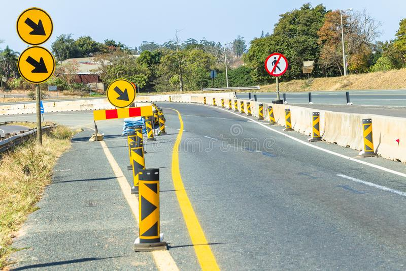 De Stegentekens van de wegenbouwomweg royalty-vrije stock fotografie