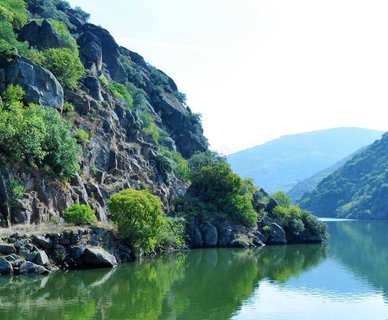 De steile hellingen door de rivier stock fotografie
