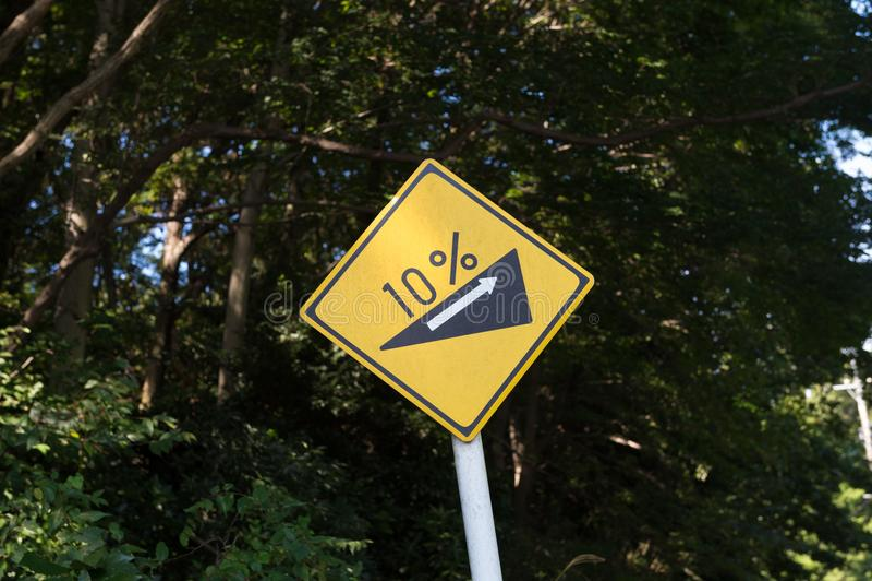 De steile verkeersteken van de rangheuvel stock foto's
