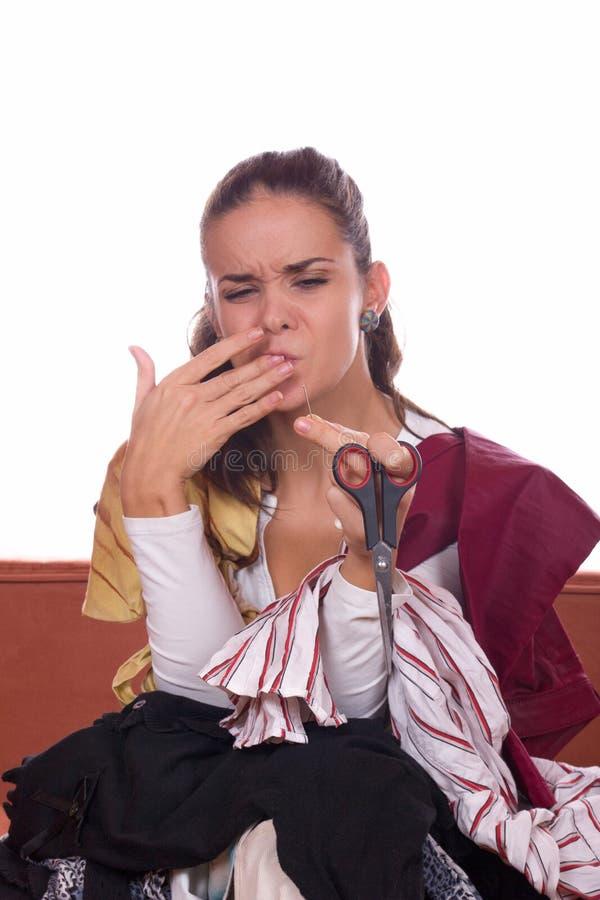 De steken van de meisjeskleermaker bij naald stock afbeelding
