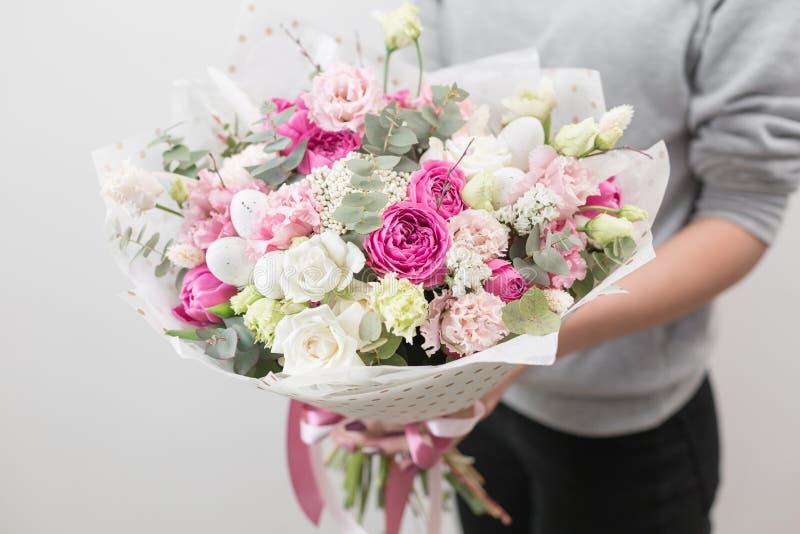 De stemming van de lente Mooi luxeboeket van gemengde bloemen in vrouwenhand het werk van de bloemist bij een bloemwinkel Horizon royalty-vrije stock afbeeldingen