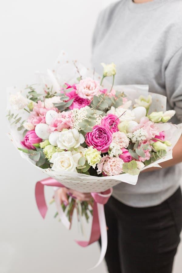 De stemming van de lente Mooi luxeboeket van gemengde bloemen in vrouwenhand het werk van de bloemist bij een bloemwinkel vertica royalty-vrije stock afbeeldingen