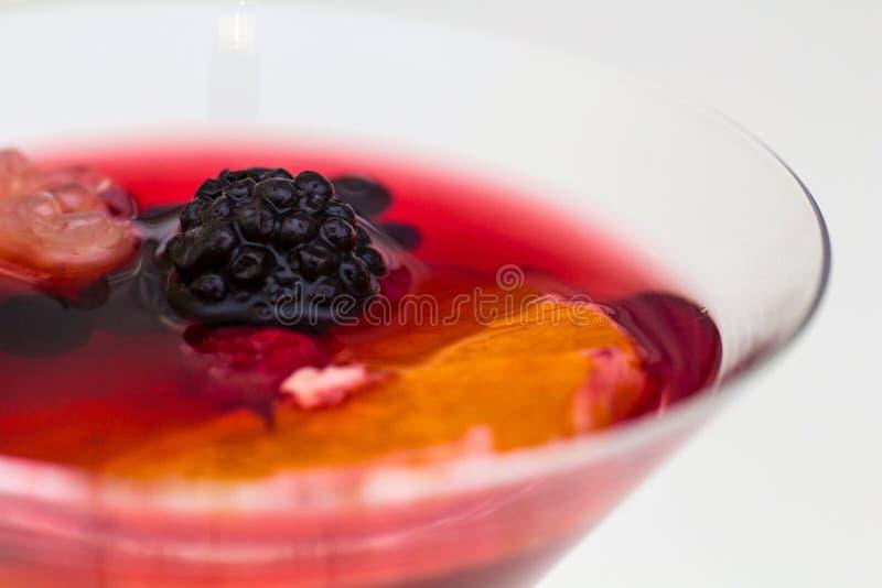 De stempel drinkt sangria met bessen en sinaasappel royalty-vrije stock foto