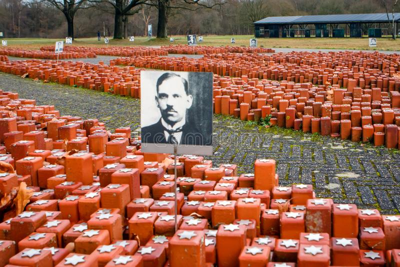 De 102 000 stenarna på äppelområdet i det tidigare Westerborklägret Hooghalen, Nederländerna arkivbild