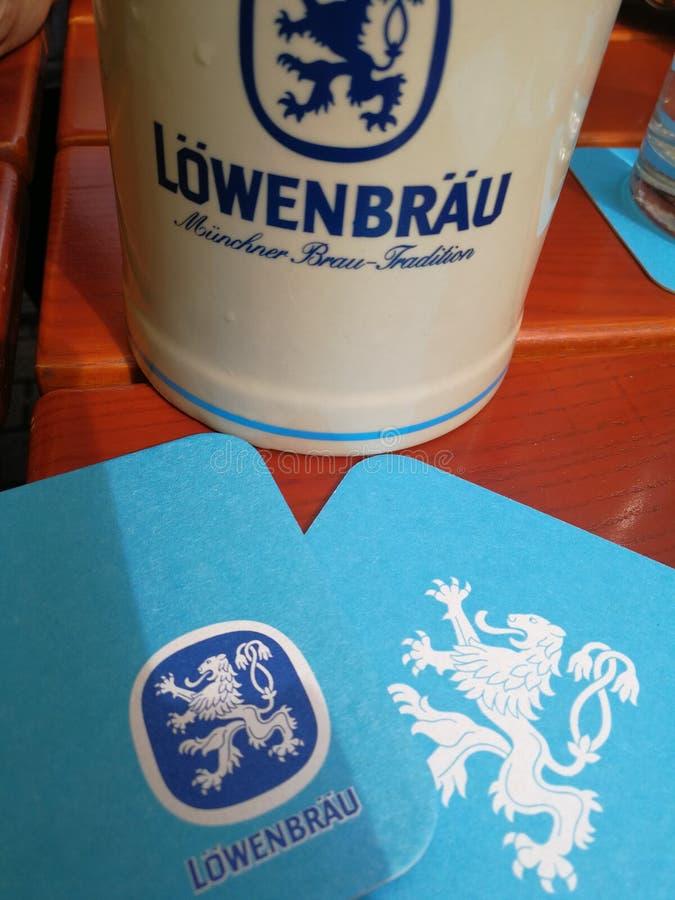 De stenen bierkroes van het Lowenbraubier royalty-vrije stock afbeeldingen