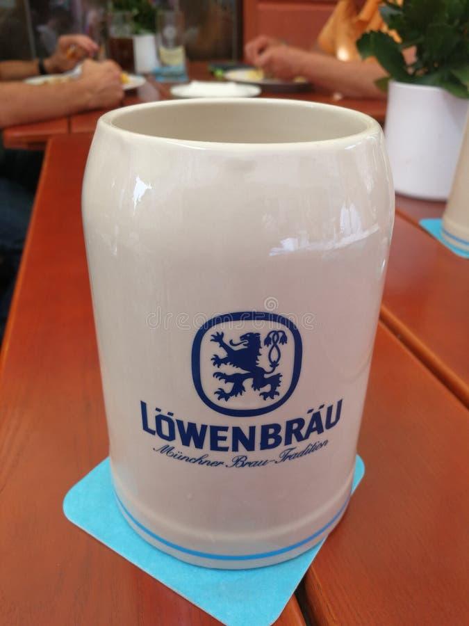 De stenen bierkroes van het Lowenbraubier stock afbeeldingen