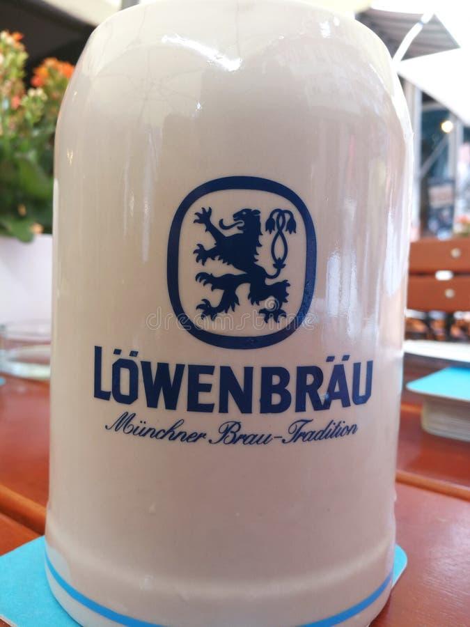 De stenen bierkroes van het Lowenbraubier stock afbeelding
