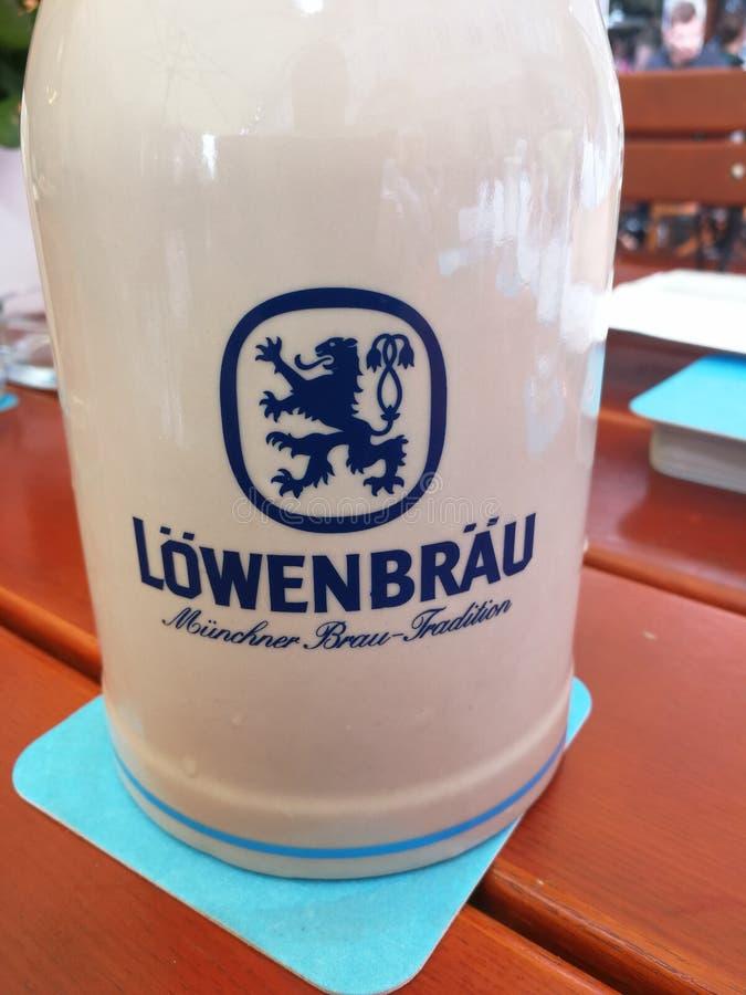 De stenen bierkroes van het Lowenbraubier stock foto