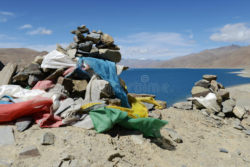 De stenen en de vlaggen van het gebed royalty-vrije stock afbeelding
