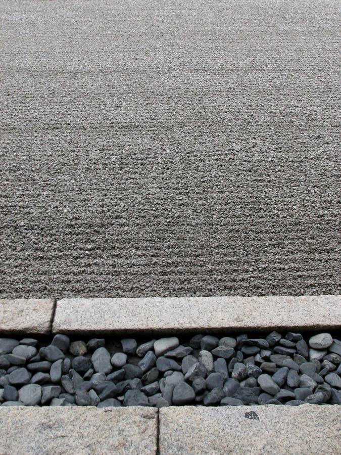 De stenen en de fijn geharkte kuil van Zen Garden in Kyoto royalty-vrije stock fotografie