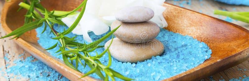 De stenen van de kuuroordmassage en badzout, kuuroordtherapie en wellnesssetti stock afbeeldingen