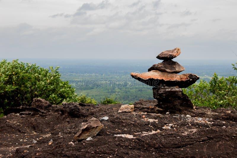 De stenen van de soortmeditatie trainen hoge plaats royalty-vrije stock afbeeldingen