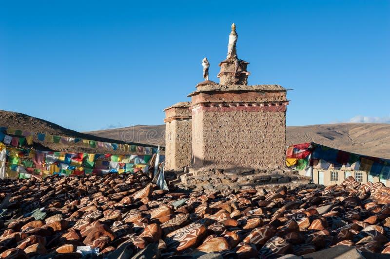 De stenen van Mani en gebedvlaggen royalty-vrije stock afbeeldingen