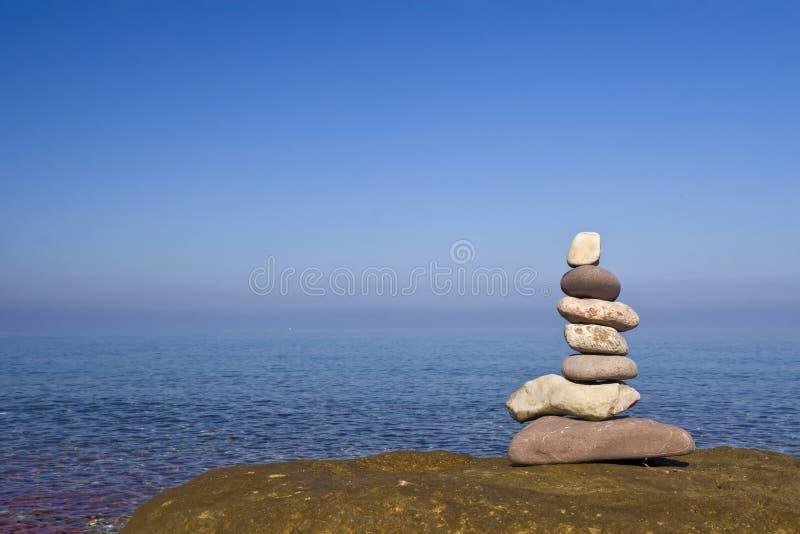 De stenen van Zen dichtbij het water royalty-vrije stock fotografie