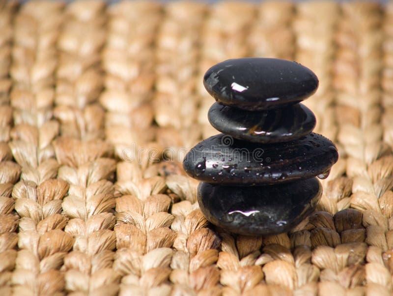 De stenen van Zen die op een grassteen worden gestapeld royalty-vrije stock afbeelding