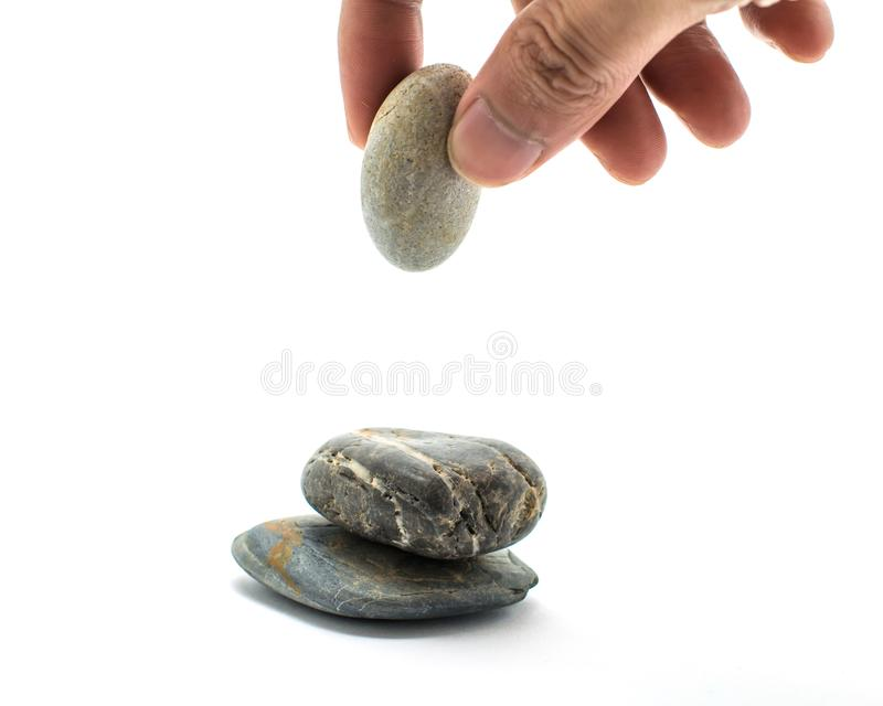 De stenen worden gestapeld en de handen houden stenen royalty-vrije stock foto