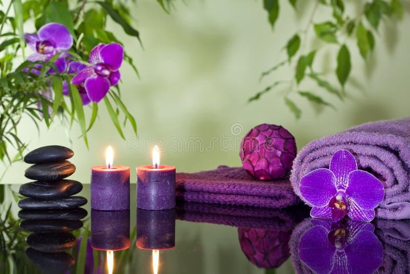De stenenorchidee van Zen en aromatische kaarsen stock afbeelding