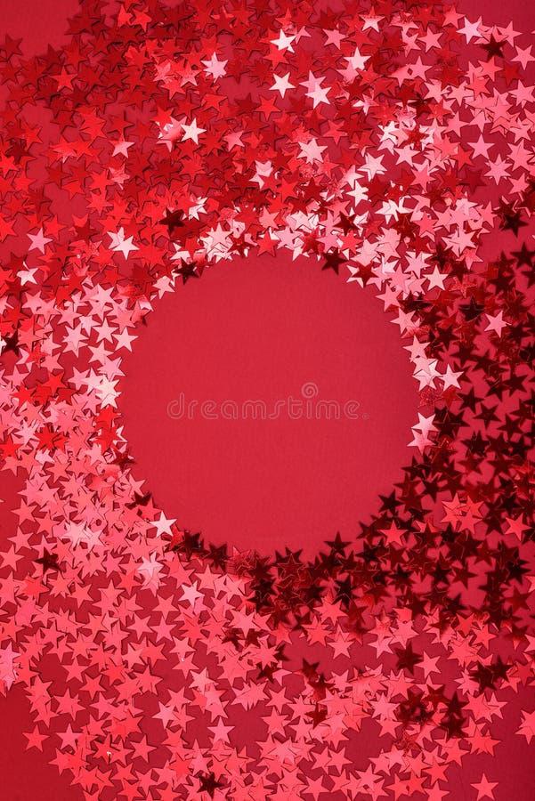 De ster bestrooit op rood met ronde ruimte royalty-vrije stock foto