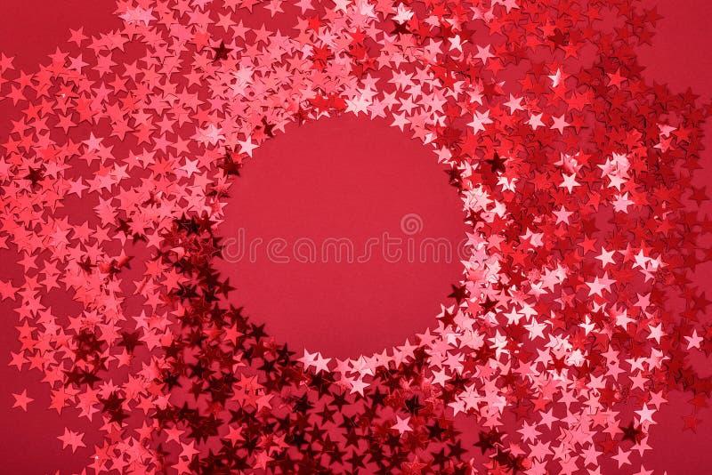 De ster bestrooit op rood met ronde ruimte royalty-vrije stock afbeelding