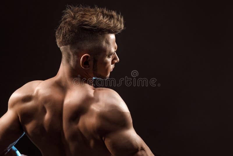 De sterke Atletische Model stellende achterspieren van de Mensengeschiktheid royalty-vrije stock foto's
