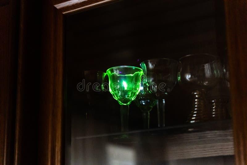 De sterke blauwe laserwijzer raakt een kristalglas in de garderobe royalty-vrije stock foto