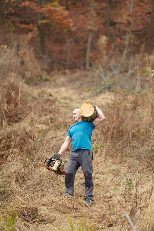 De sterke schouder van de houthakkers dragende opening van een sessie royalty-vrije stock fotografie