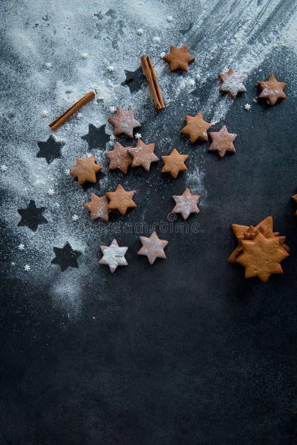 De sterkoekjes van de Kerstmispeperkoek op donkerblauwe oppervlaktespri royalty-vrije stock fotografie