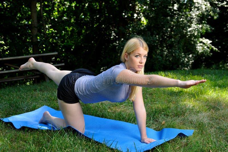De sterkteoefening van de kern - blonde vrouw royalty-vrije stock foto's