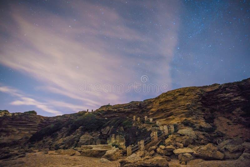 De sterren in een perfecte nacht in een strand stock foto