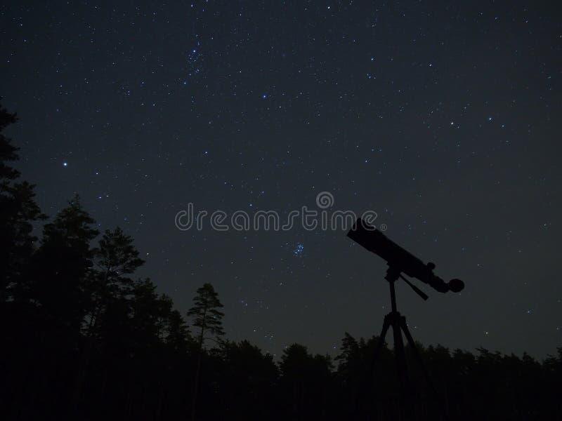 De sterren en de telescoop van de nachthemel stock fotografie