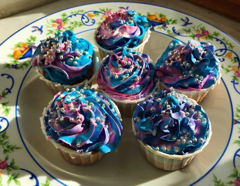 De sterren en de ruimte van de chocoladeroom cupcakes met parels stock afbeeldingen