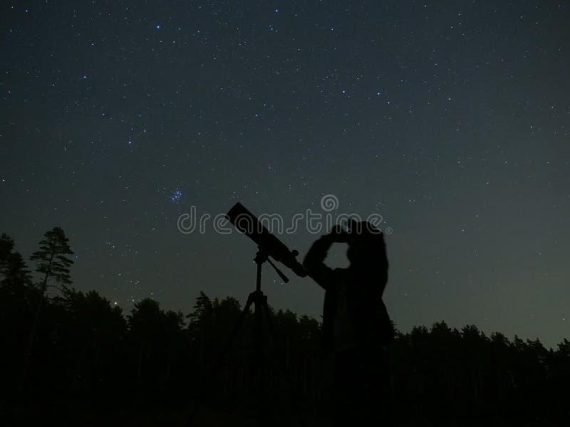De sterren van de nachthemel en telescoopwaarnemer stock foto's