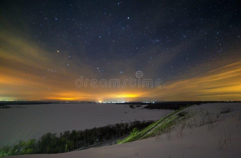 De sterren van de nachthemel worden verborgen door wolken De sneeuwwinter royalty-vrije stock foto