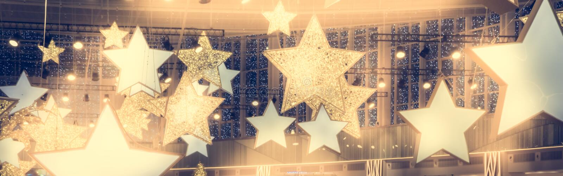 De sterrenvorm toont beroemdheidsachtergrond met schijnwerperssoffits uitstekende gele gouden kleuren als achtergrond van stadium royalty-vrije stock foto