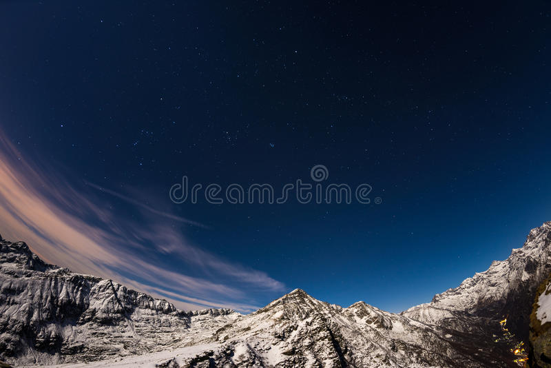 De sterrige hemel boven de Alpen, 180 graad fisheye mening stock fotografie