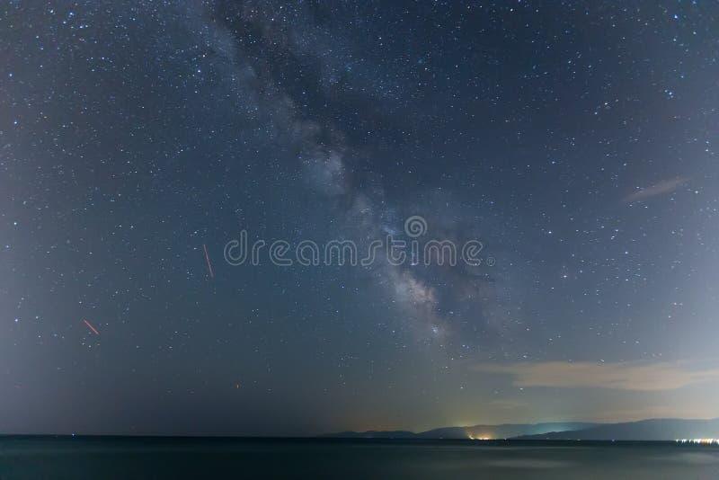 De sterrige hemel en de Melkweg stock afbeelding