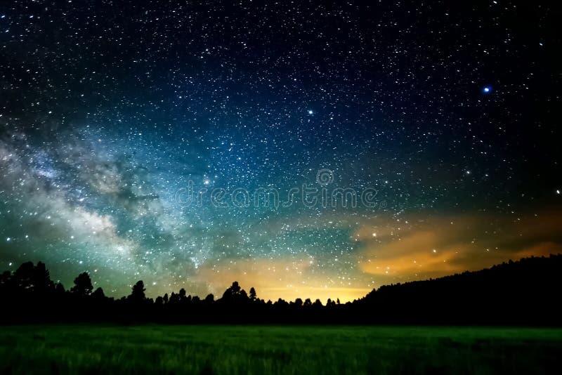 De sterrige hemel, de melkachtige manier Foto van lange blootstelling Het landschap van de nacht stock afbeelding