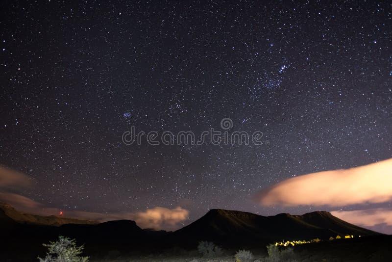 De sterrige hemel ving het Nationale Park van Karoo, Zuid-Afrika, in de winter Pleiades-van van stercluster, Orion en Taurus Cons stock afbeeldingen