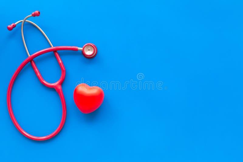 De stethoscoop en het hart voor huisarts plaatsen aan behandeling van hartziekte op blauwe achtergrond hoogste meningsruimte voor royalty-vrije stock foto