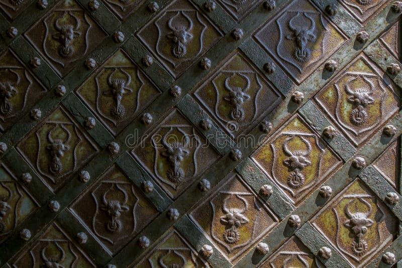 De stevige Oude Metaaldeur met Ijzer smeedde Decoratief Ornament in Tsjechisch Gotisch middeleeuws kasteel Perntejn stock afbeeldingen