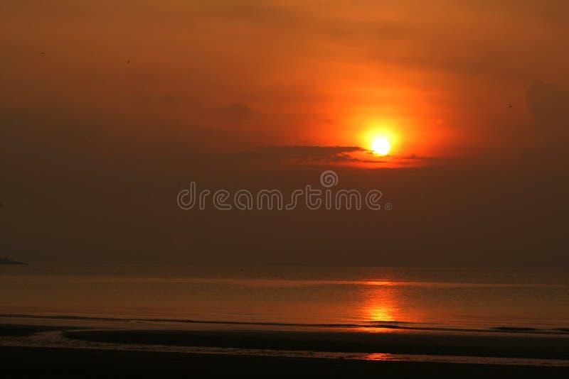 De stijging van de zon bij het strand stock foto