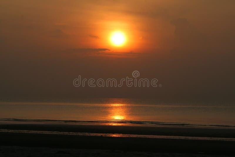 De stijging van de zon bij het strand stock afbeeldingen