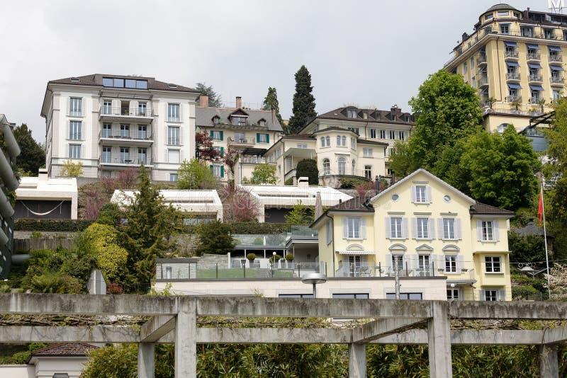 De stijging van stadsgebouwen omhoog op de helling van Luzerne stock fotografie