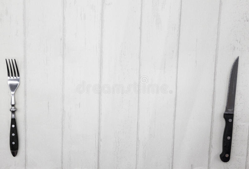 De stijl houten lijst van de Provence, achtergrond voor menu, bistro, koffie, restaurant Mes, vork die op een lichte houten achte stock foto's