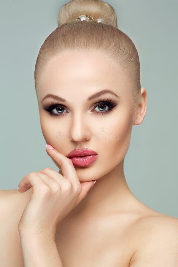 De stijl, manier, manicure, schoonheidsmiddelen en maakt omhoog Mooi mollig lippenmake-up en Frans de close-upportret van de spij royalty-vrije stock afbeelding