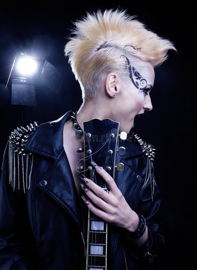 De Stijl Modelgirl portrait van de maniertuimelschakelaar hairstyle Punkvrouwenmake-up, Kapsel en zwarte Spijkers Rokerige ogen stock afbeeldingen