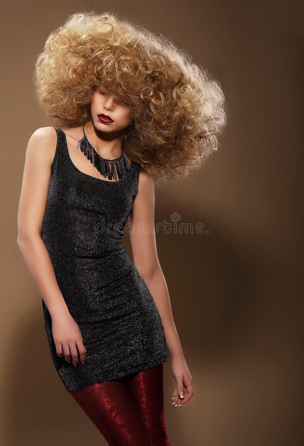 De Stijl van de mode Modieuze Vrouw met Extravagant Kapsel royalty-vrije stock afbeelding